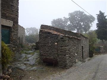 Terreno com ruina / São João da Pesqueira, Vilarouco e Pereiros